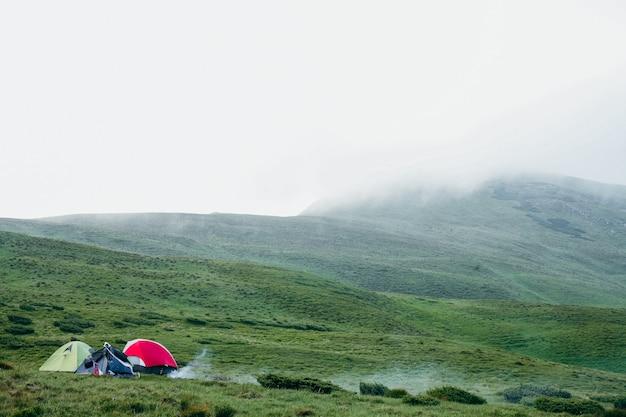 Alcune tende da campeggio in montagna in un giorno di nebbia
