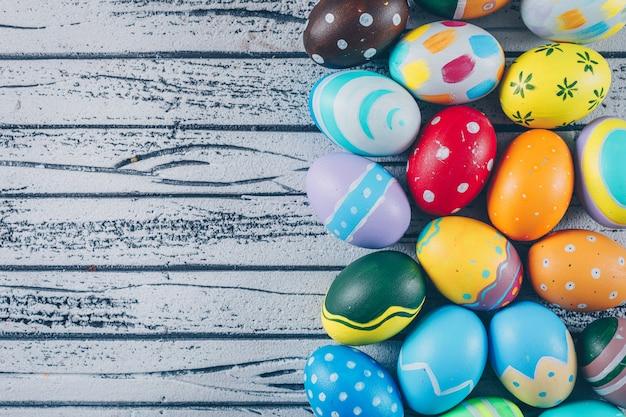 Alcune uova di pasqua su fondo di legno leggero