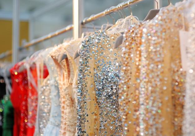 Alcuni bei vestiti da sposa o da sera su una gruccia
