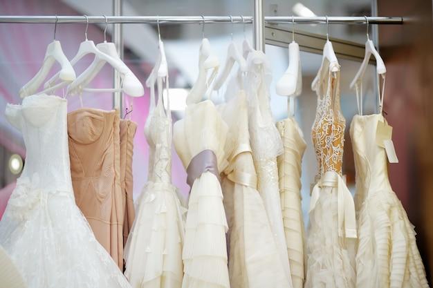 Alcuni bei vestiti da sposa su una gruccia