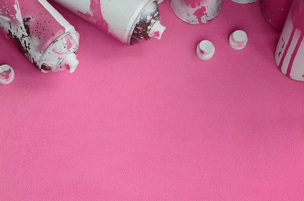 Alcuni hanno usato bombolette spray aerosol rosa e ugelli con gocce di gocce di vernice