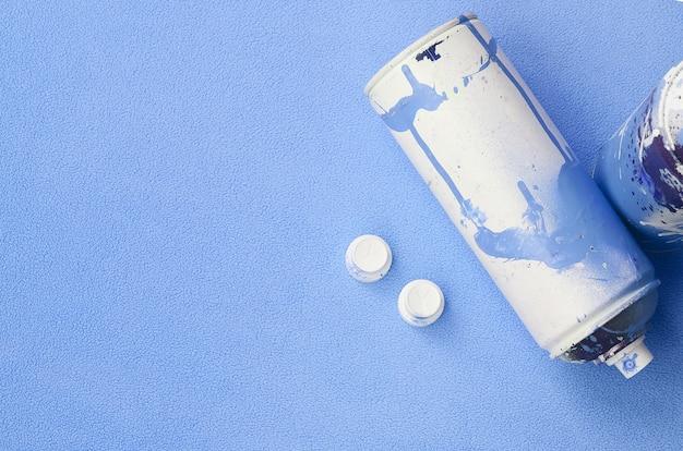 Alcuni hanno usato bombolette spray blu e ugelli con gocce di vernice che giacciono su una coperta