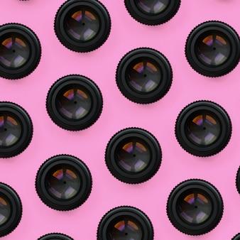 Alcuni obiettivi della fotocamera con un'apertura chiusa giacciono sullo sfondo della trama