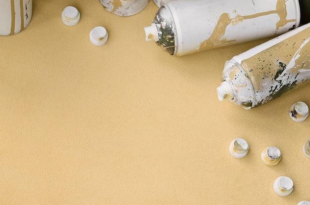 Alcuni usano bombolette spray aerosol e ugelli con gocce di vernice che giacciono su una coperta
