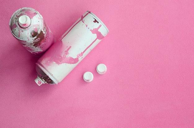 Alcuni usavano bombolette spray aerosol rosa e ugelli con gocce di vernice