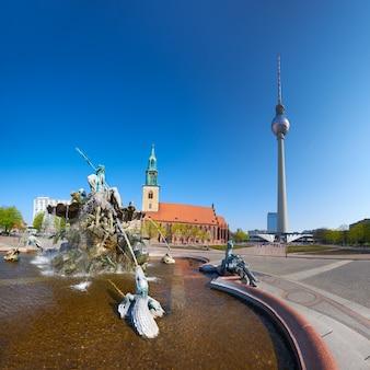 Alexanderplatz, la fontana di nettuno e la torre della televisione a berlino