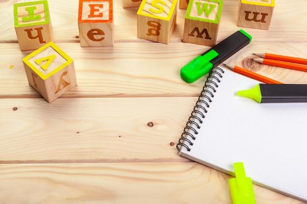 Alfabeto abc con taccuino di carta
