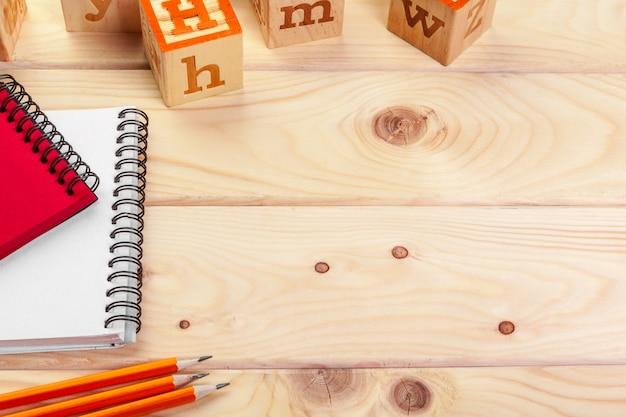 Alfabeto di abc con il taccuino di carta
