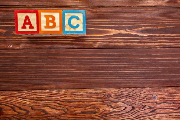 Alfabeto di blocco di legno giaceva sul pavimento di legno