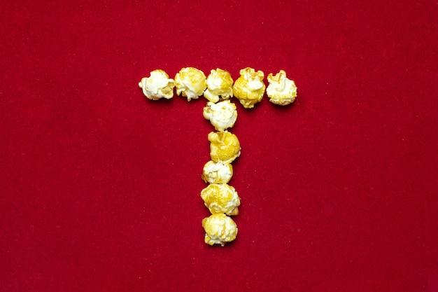 Alfabeto inglese da popcorn al cinema. lettera t.