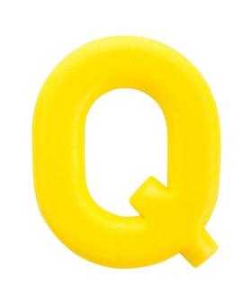 Alfabeto lettera q realizzato da isolati su superficie bianca