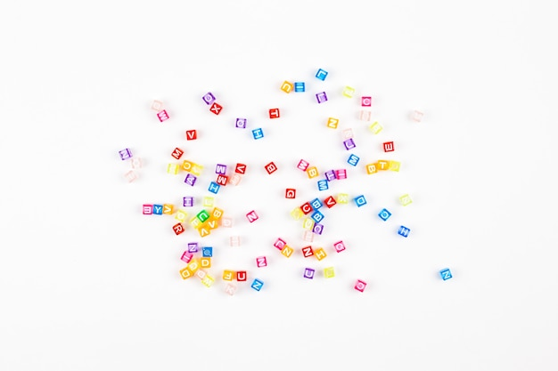 Alfabeto multicolore su sfondo bianco
