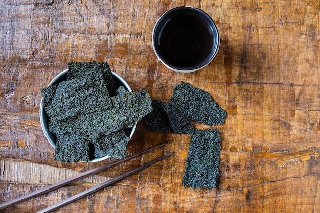 Alga secca sullo sfondo di legno