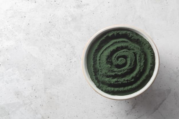 Alghe verdi monocellulari alla clorella o alla spirulina.
