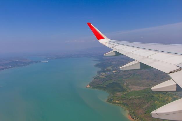 Ali del cielo e nuvole bianche che sorvolano phuket, tailandia