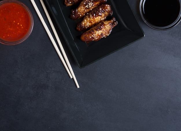 Ali di frittura asiatiche tradizionali con sesamo e verdure