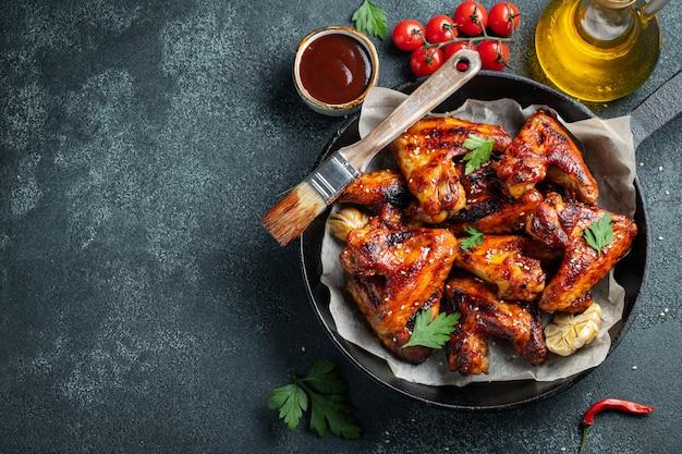 Ali di pollo al forno in salsa barbecue.