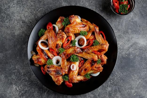 Ali di pollo alla griglia con cipolla e peperoncino