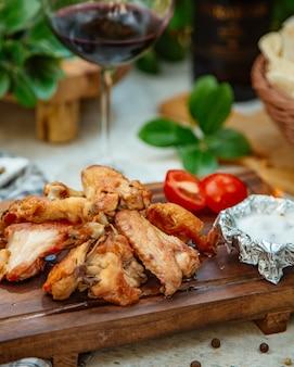 Ali di pollo arrosto con pomodoro