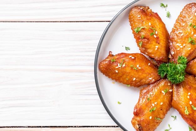 Ali di pollo barbecue con sesamo bianco