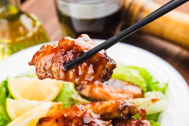 Ali di pollo cola sul piatto