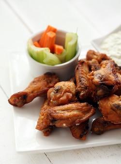 Ali di pollo con salsa e verdure