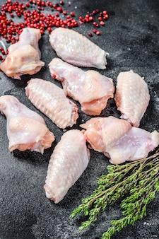 Ali di pollo crude fresche con le spezie e le erbe