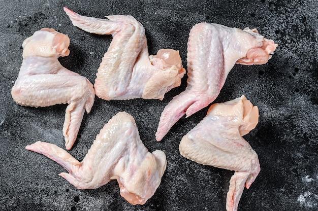 Ali di pollo crude fresche