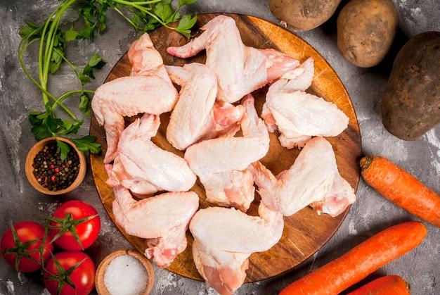 Ali di pollo crude sul tagliere