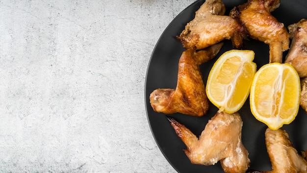 Ali di pollo deliziose con lo spazio della copia