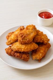 Ali di pollo fritto con ketchup