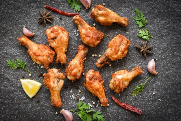 Ali di pollo fritto con limone, aglio, peperoncino, erbe e spezie