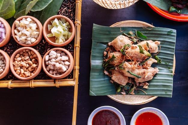 Ali di pollo fritto in stile nord-orientale thailandese con foglie di lime e foglie di lime kaffir.