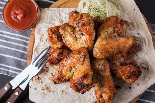 Ali di pollo grigliate. avvicinamento. vista dall'alto