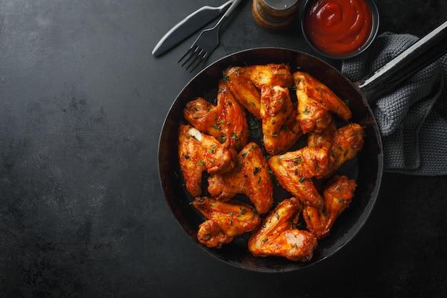 Ali di pollo grigliate in salsa in padella