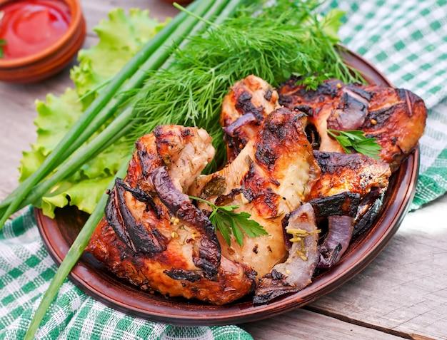 Ali di pollo su una griglia