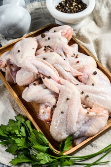Ali di tacchino crude, pollame organico dell'azienda agricola, vista superiore.