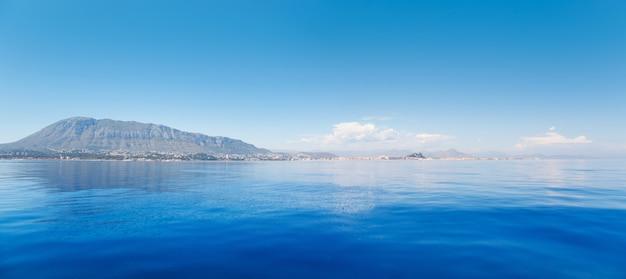 Alicante denia vista dal mare calmo blu