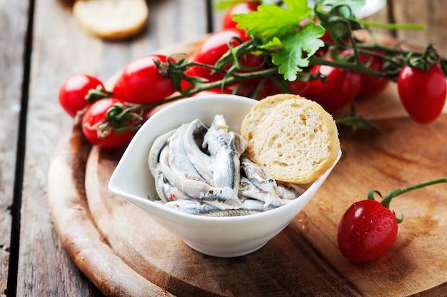 Alici tradizionali italiane con pane e pomodoro