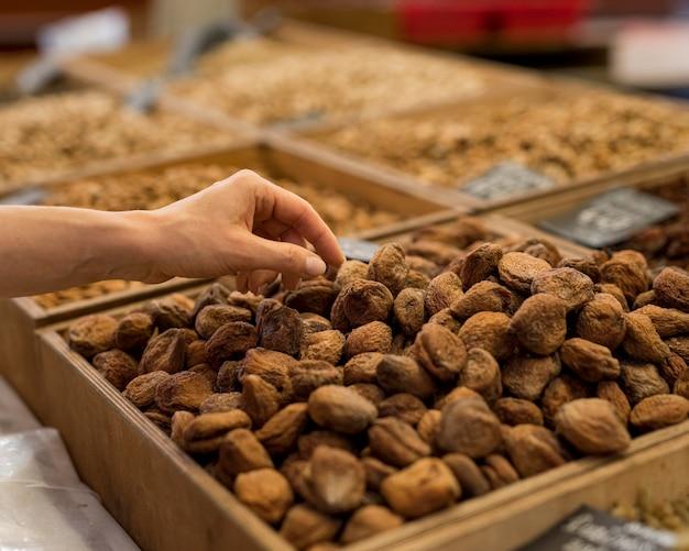 Alimenti a mano e secchi al mercato
