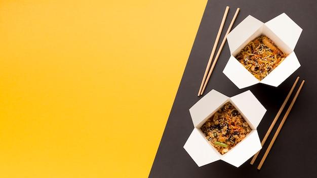 Alimenti a rapida preparazione asiatici deliziosi con lo spazio della copia