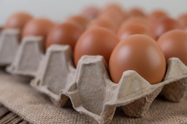 Alimenti biologici con uova di gallina crude per una buona salute ad alto contenuto proteico.