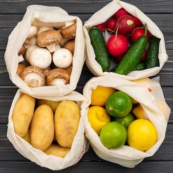 Alimenti biologici in sacchi