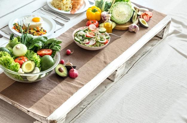 Alimenti biologici sani sul tavolo da pranzo