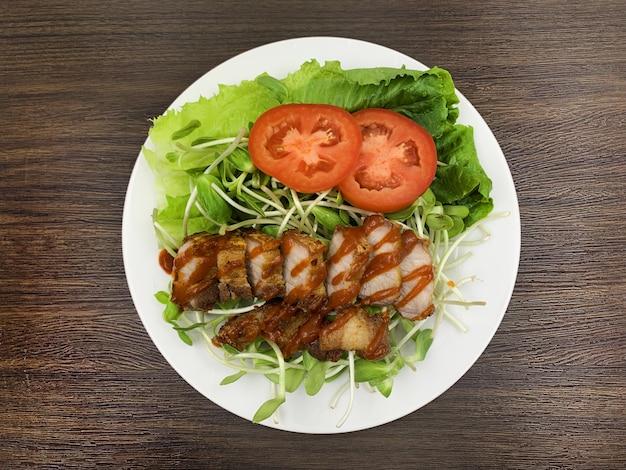 Alimenti chetogenici che consumano meno carboidrati e senza zucchero, ma molto grassi.