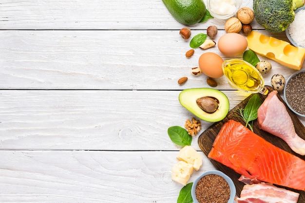 Alimenti dietetici a basso contenuto di carboidrati dieta chetogenica ricca di omega 3, grassi buoni e proteine. vista dall'alto