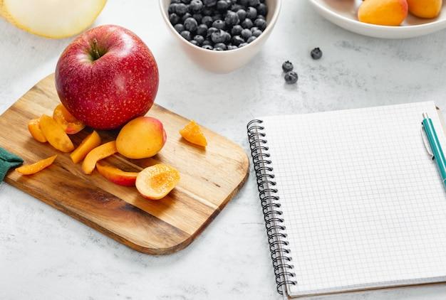 Alimenti dietetici sani da frutta fresca. cucinare una dieta sana