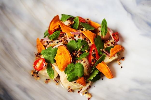 Alimenti dietetici sani - filetto di pesce salato, paprika, erbe di prezzemolo, cipolla fresca