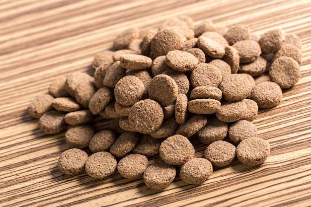Alimenti per animali domestici sul pavimento di legno