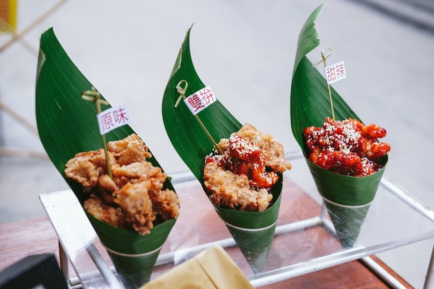 Alimento asiatico della via sulle foglie verdi